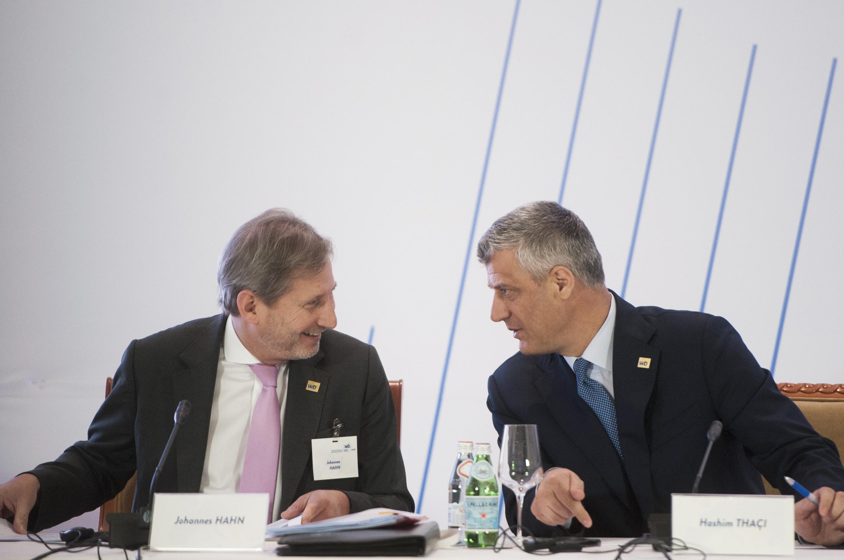 Johannes Hahn, miembro de la Comisión Europea, con Hashim Thaci en marzo de 2015 (Foto: Comisión Europea)